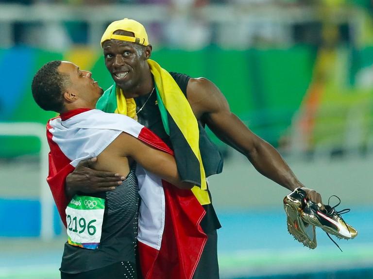 Usain Bolt embraces Andre De Grasse | © Fernando Frazão Agência Bras:l:Wikimedia Commons