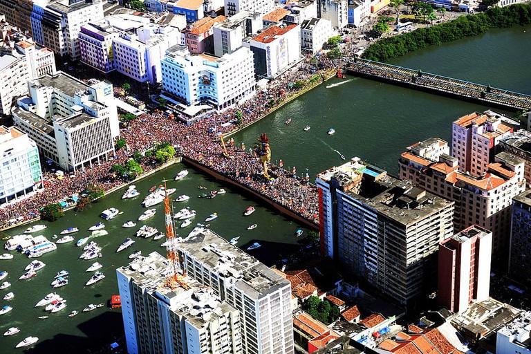 1024px-Galo_da_Madrugada,_Carnival_2014_-_Recife,_Pernambuco,_Brazil (1)