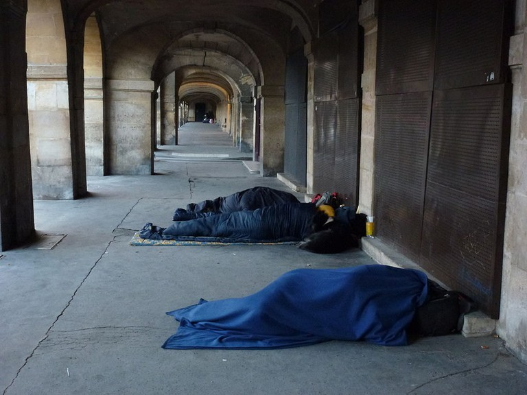 1024px-Homeless_of_Paris,_Place_des_Vosges