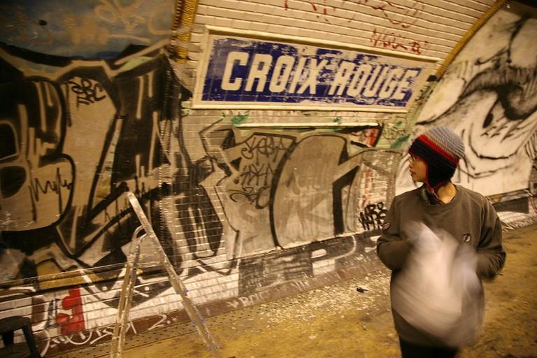 1024px-Paris,_RATP_station___Croix_Rouge___installation___X_,_lenfer_de_la_BnF___par_L._Ungerer_C-Album_nuit_du_15_déc._2007_(4879179209)
