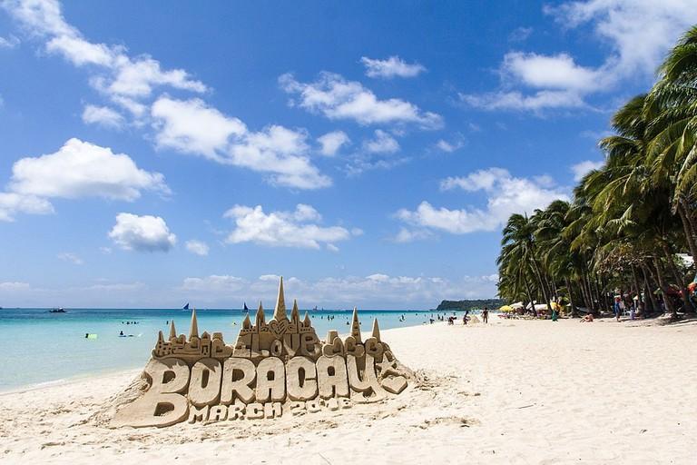 1024px-White_sand_beach,_Boracay_Island_-_panoramio_(1)