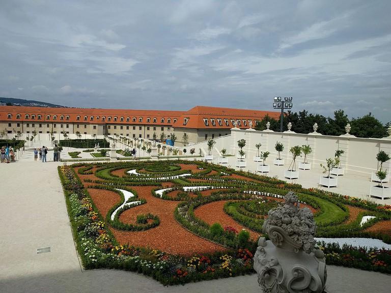 1200px-Bratislavský-hrad-zahrady-01