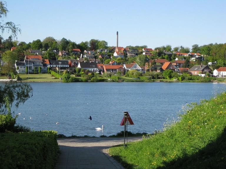 1200px-Kolding_-_Slotsø2