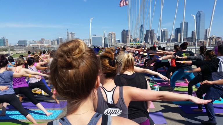 Yoga on the Bridge │© Alex Temblador
