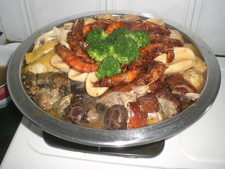 640px-HK_Food_Poon_Choi_Pen_Cai_Big_Bowl_Feast_Cafe_de_Coral
