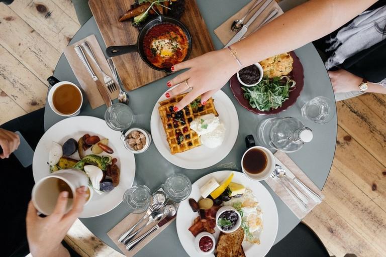 https://pixabay.com/en/breakfast-food-eating-meal-coffee-690128/