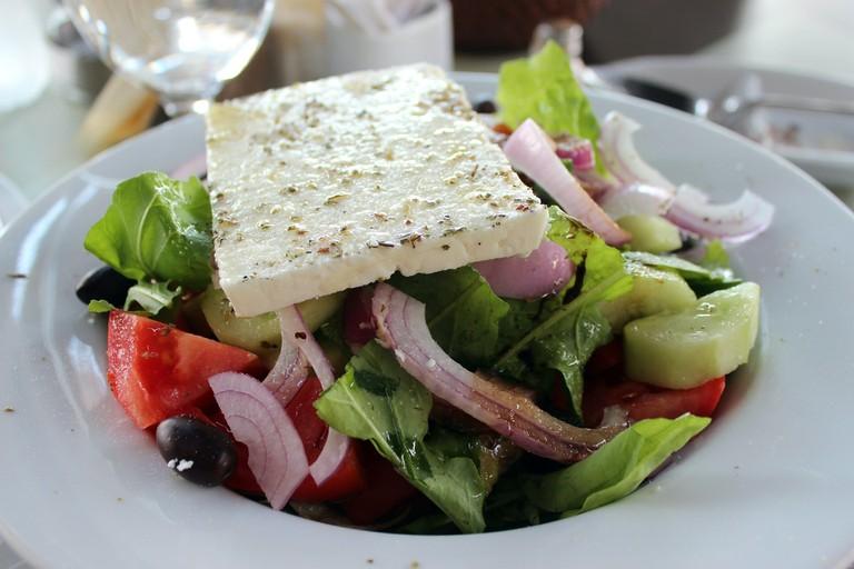 https://pixabay.com/es/queso-feta-ensalada-griega-ensalada-581848/