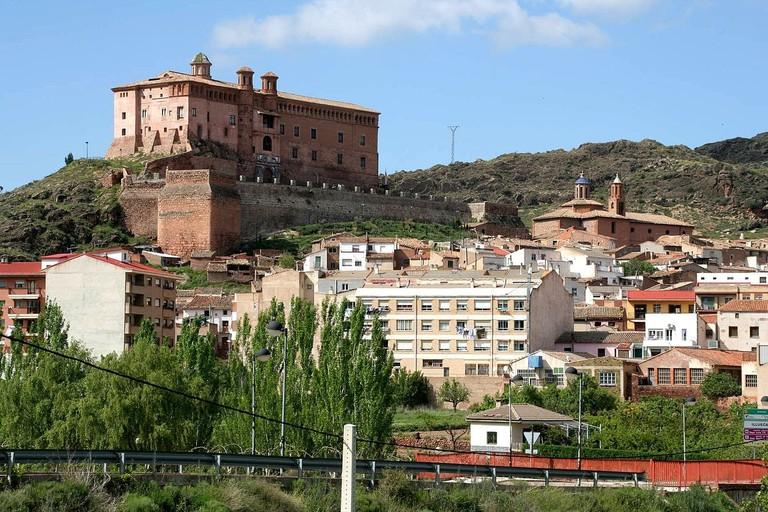 Illueca_y_el_castillo_del_Papa_Luna_desde_la_entrada_al_pueblo_-_panoramio