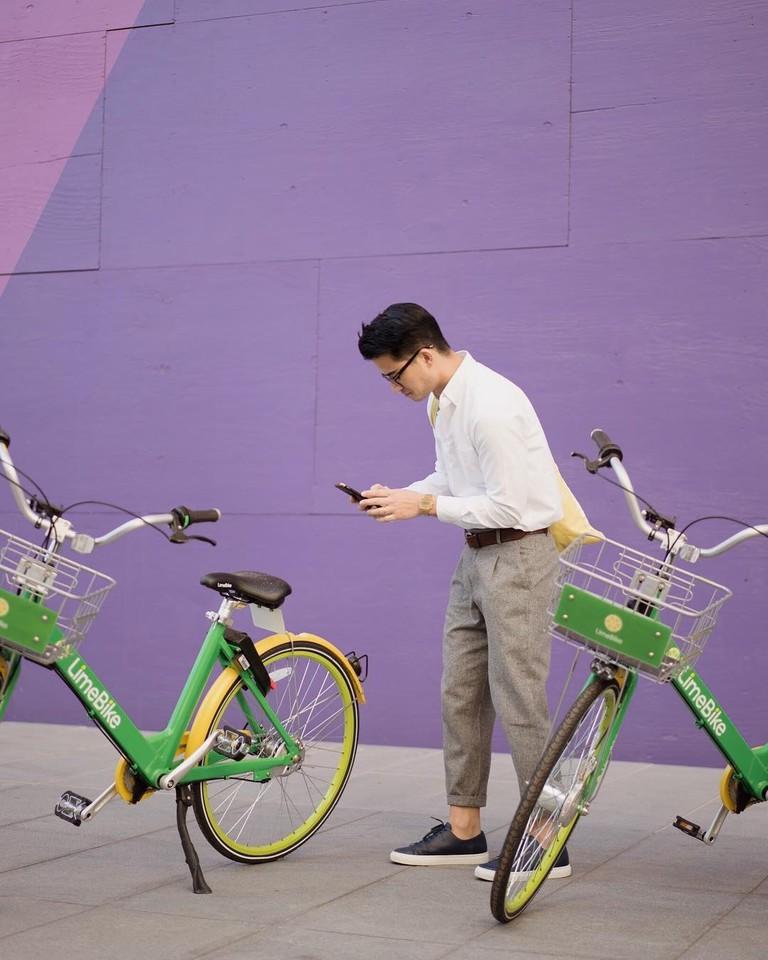 Renting a bikeshare bike from LimeBike │Courtesy of LimeBike