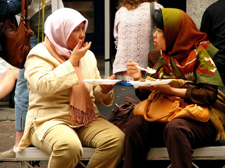 Malaysian_women_eating_flickr_Garry_Knight