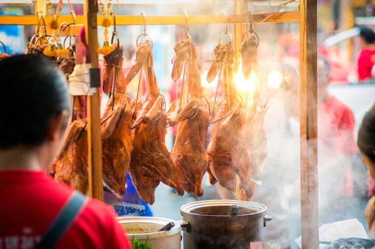 Full body roast duck in shop | © JiraBest/Shutterstock