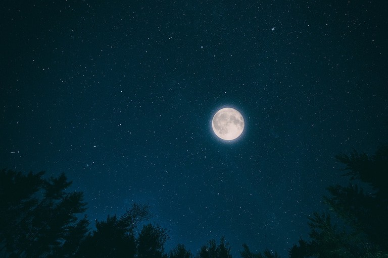 https://pixabay.com/en/night-sky-month-dark-nature-stars-2938792/