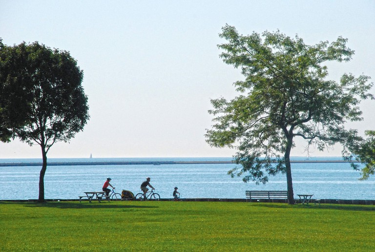 Cycling beside Lake Michigan | © VISIT Milwaukee