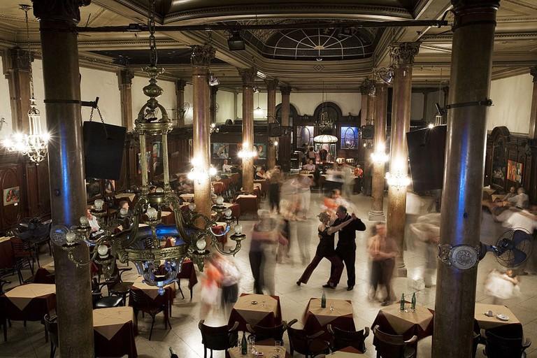 1024px-Buenos_Aires_-_Classic_tango_dance_ballroom_-_6334