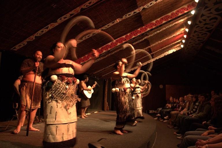 1024px-Maori_poi_demonstration