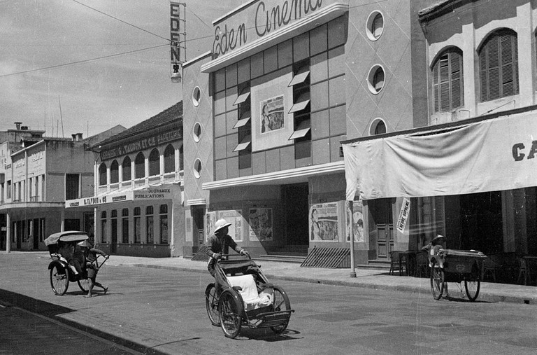 Hanoi_1940_Rickshaws_and_drivers_in_front_of_Eden_Cinema