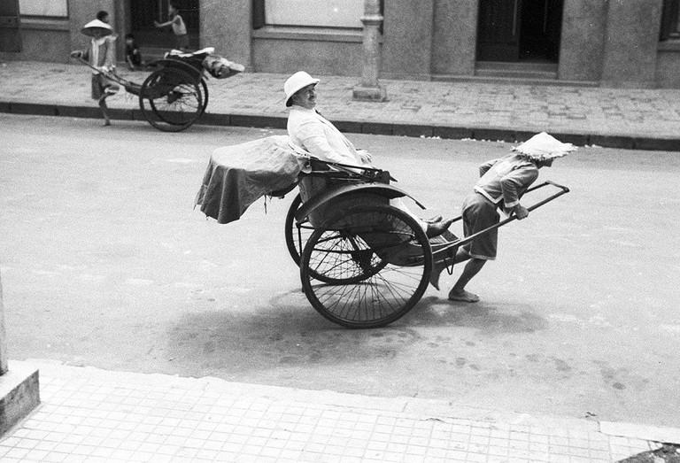 Hanoi_1941_Man_traveling_in_a_rickshaw