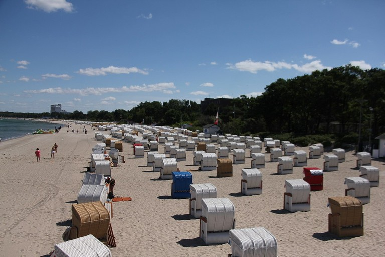 1280px-Seats_on_the_Timmendorfer_Strand