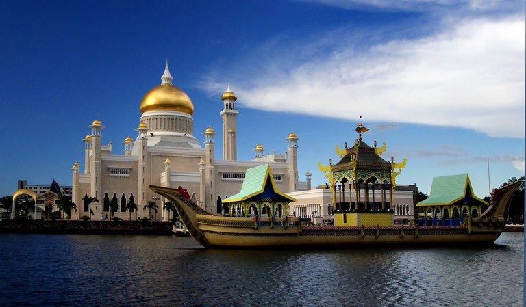 Sultan Omar Ali Saifuddien Mosque in Brunei | © Bernard Spragg.NZ/Flickr