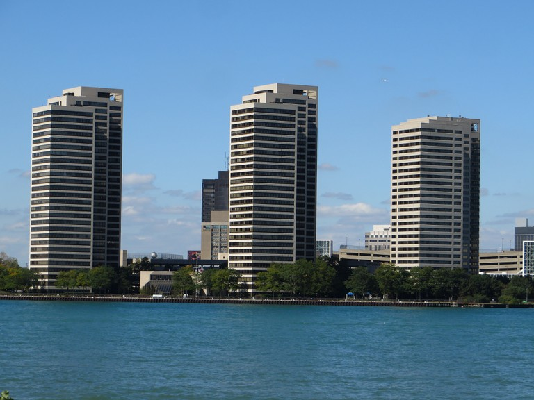 High rise apartment buildings like Riverfront Towers are rare in the city | © Ken Lund/Flickr