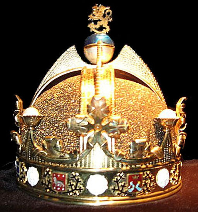 Replica of the King of Finland's crown at the Kemi Gemstone Gallery