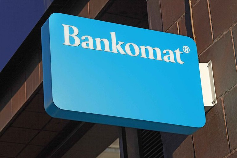 800px-Bankomatskylt,_Regeringsgatan_i_Stockholm