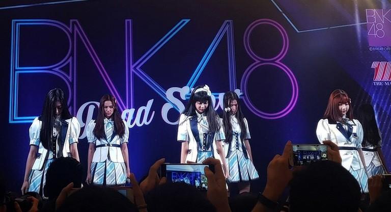 800px-BNK48_-_Roadshow_-_2017-07-23_(003b)