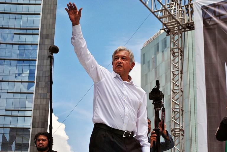 Andrés_Manuel_López_Obrador_saludando_-_Marcha_22_de_septiembre_de_2013_-_2