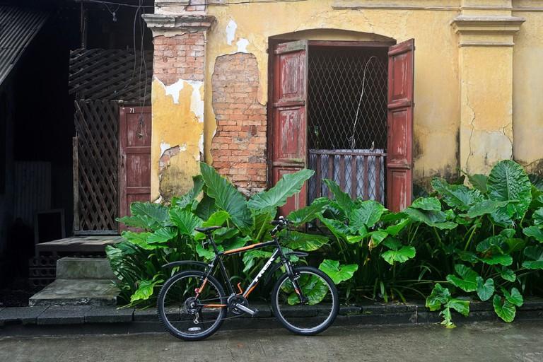 Bike-with-Colonial-Bulding-in-Yangon
