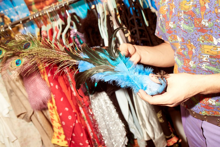 Gomez shows off a bird fascinator inspired by Sarah Jessica Parker
