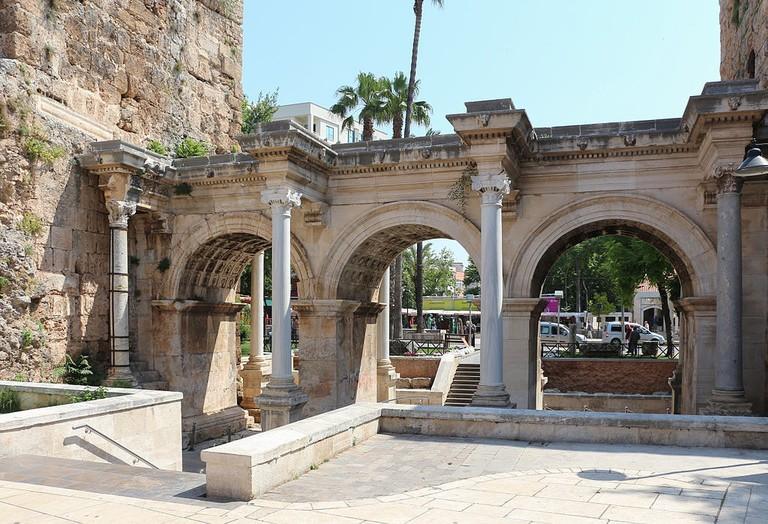 Hadrian's_Gate,_Antalya_01