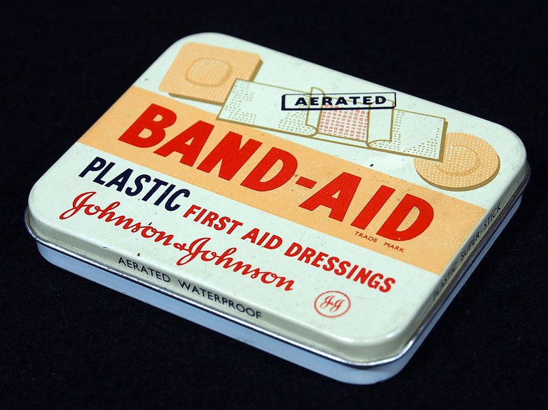 Johnson&Johnson_Band-Aid_tin,_pic1