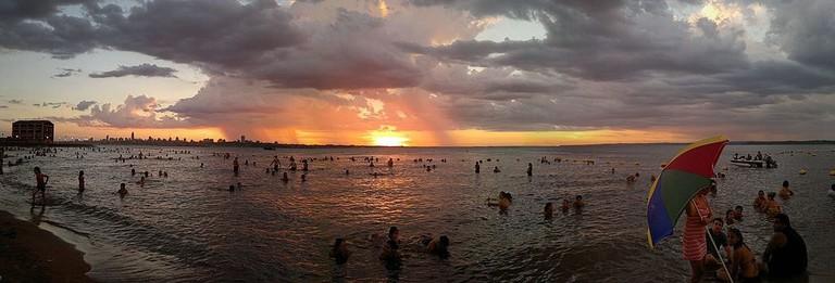 Playas_de_Encarnación_-_Verano_-_panoramio