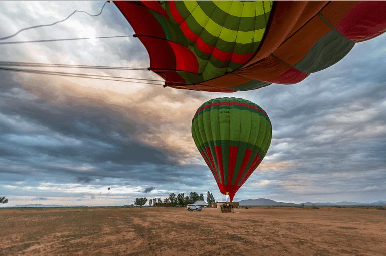 The hot air balloon descends