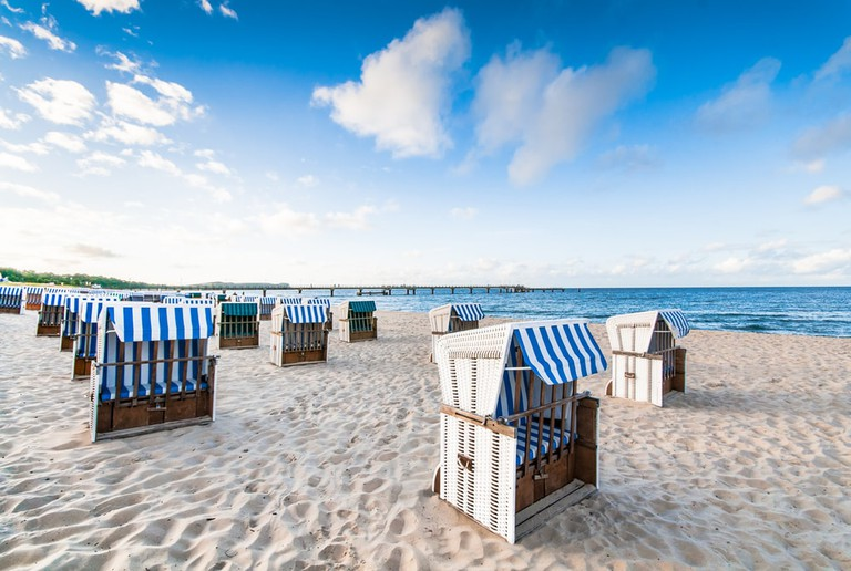 Closed wicker beach chairs on the Baltic Sea | © mahey/Shutterstock