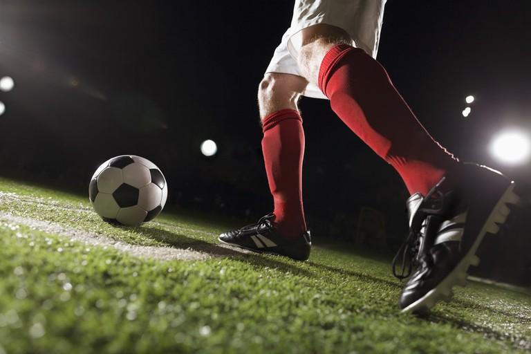 Soccer player making a corner kick | © XiXinXing/Shutterstock