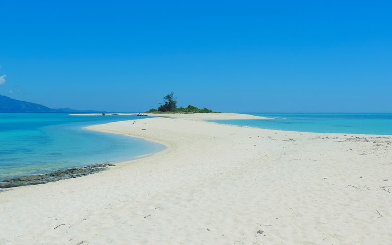 White Sand Beach, Cresta de Gallo Island