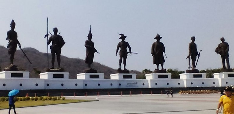 Statues_in_Hua_Hin_of_the_7_great_Thai_kings