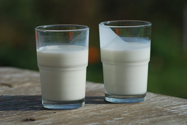 1024px-Buttermilk-(right)-and-Milk-(left)