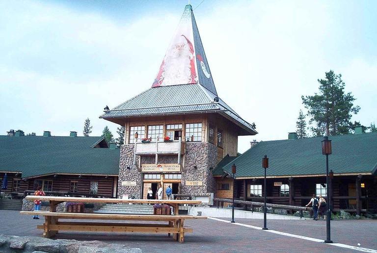 1024px-Weihnachtsmanndorf_Rovaniemi