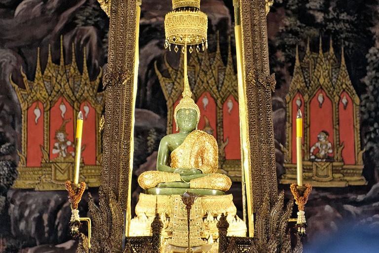 800px-Emerald_Buddha,_August_2012,_Bangkok