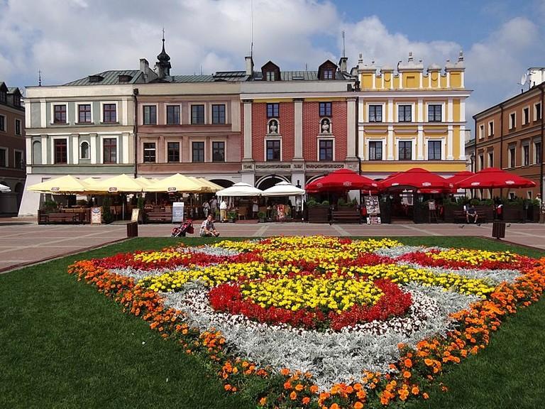 800px-Rynek_(Market_Square)_-_Zamosc_-_Poland_(9221736857)