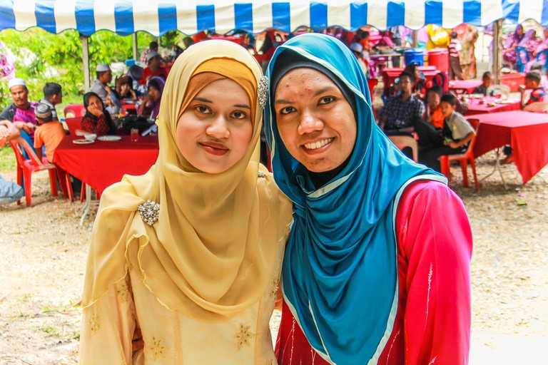 young-women-in-tudung