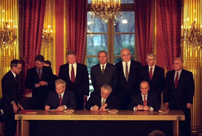Slobodan Milošević, Franjo Tudjman and Alija Izetbegović sign the agreement to end the Yugoslav wars.