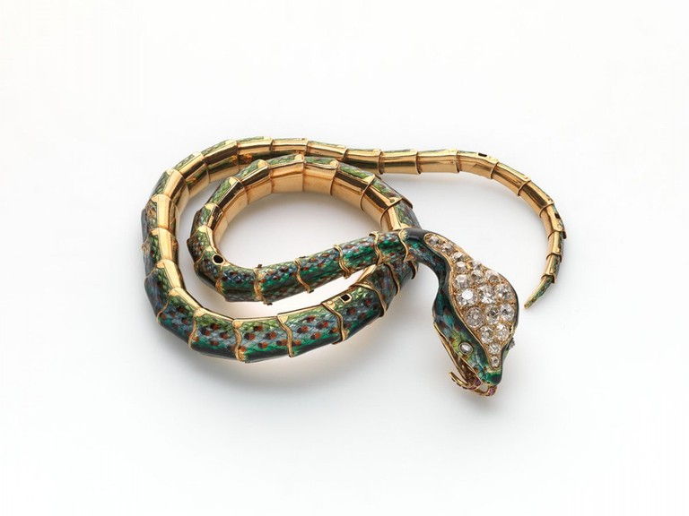 This piece of jewellery in the shape of a snake can be worn as a bracelet or as a necklace