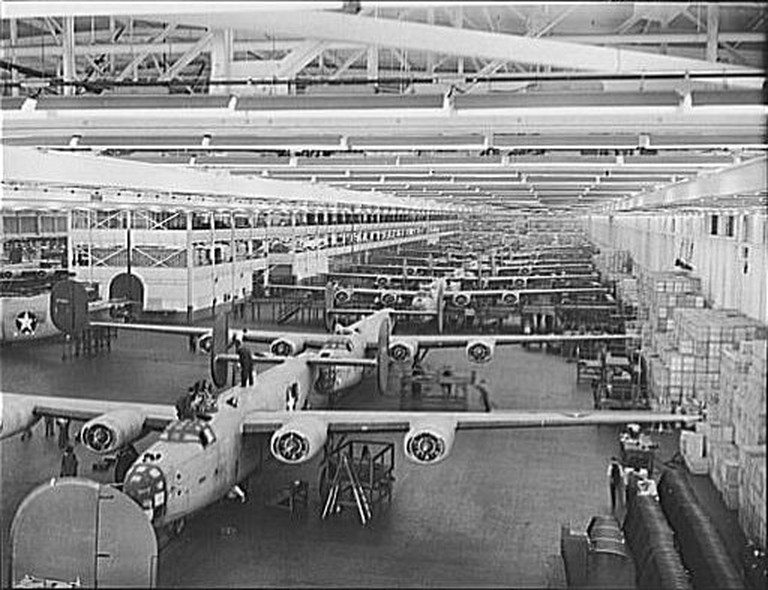 B-24_bomber_at_Willow_Run