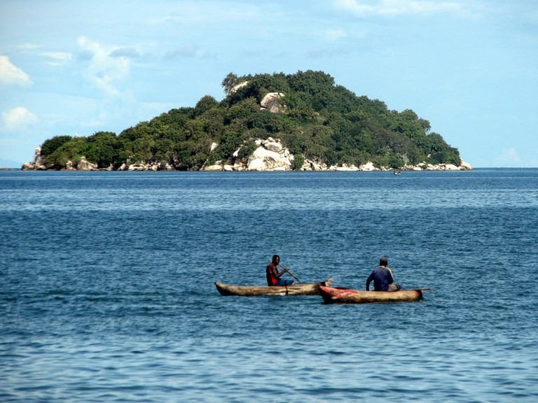 Canoes_on_Lake_Malawi.jpg