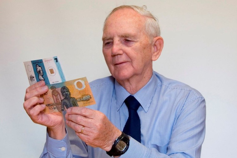 Chemist David Solomon holding the first ever polymer banknote © PSG20 / Wikimedia Commons