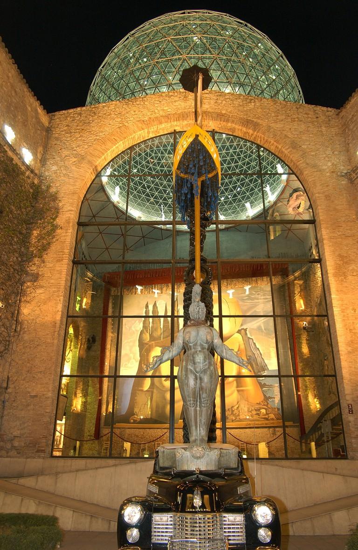 DaliTheatreMuseum_NightView_Courtyard