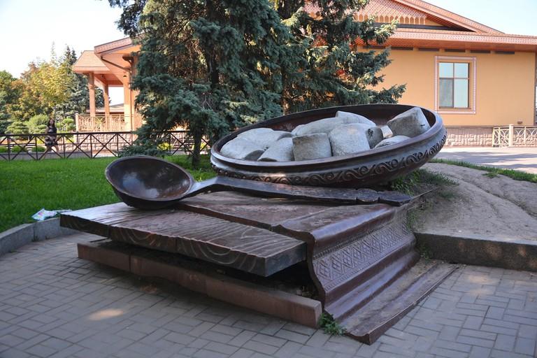 Poltava-2017_Soborna_Square_Monument_of_Poltava's_Galushka_(YDS_6275)